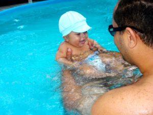 bebe amusant dans l'eau