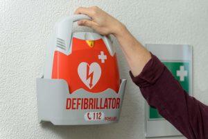 défibrillateur pour aider au massage cardiaque
