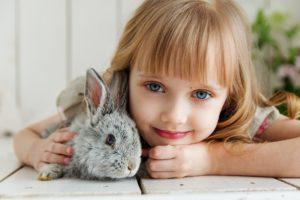 bébé lapin avec petite fille